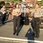 Polisi anggota Sabhara Polda Jateng yang tergabung dalam Backbone Percussion tampil di car free day Kota Semarang, Minggu (14/5/2017).
