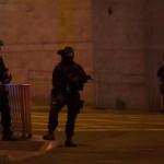Polisi berjaga di sekitar Manchester Arena, lokasi konser Ariana Grande, yang diwarnai ledakan yang menewaskan 19 orang, Senin (22/5/2017) malam waktu setempat. (Reuters)