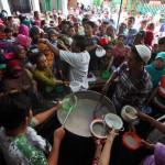 RAMADAN 2017 : Tradisi Khas, Masjid di Solo Bagikan 1.050 Porsi Bubur Samin