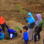 LONGSOR PONOROGO : Anak-Anak Banaran Tanam 1.000 Pohon Durian untuk Perkuat Tanah