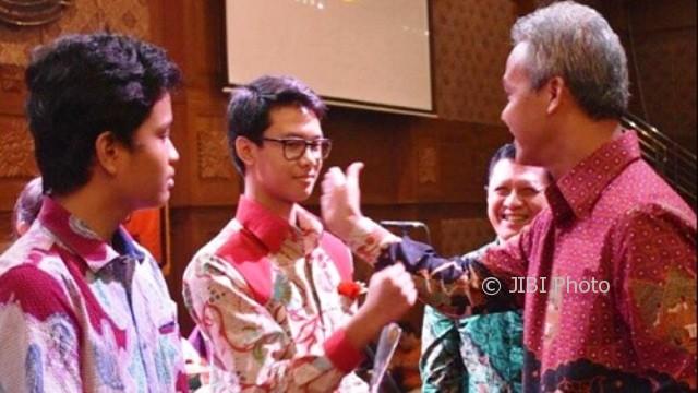 Gubernur Jateng Ganjar Pranowo (kanan) dan Muhammad Zinedine Alam Ganjar (kedua dari kiri). (Instagram-@ganjar_pranowo)