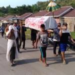DEMO KARANGANYAR : Unjuk Rasa, Warga Perumahan Jeruksawit Permai Usung Keranda