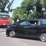 AGENDA PRESIDEN : Ziarah ke Makam Ayahanda, Jokowi Tak Lupa Beri Tali Asih kepada Juru Makam