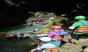 Sejumlah wisatawan saat bermain air di objek wisata cave tubing Kalisuci di Desa Pacarejo, Semanu. Kamis (18/5/2017). (IST)