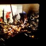 KEBAKARAN SOLO : Pemadam Kembali Semprotkan Air di Gudang Indomarco Mojosongo