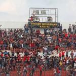 Suporter Persis Solo mengubah tulisan di papan skor dalam laga Persiba Bantul melawan Persis di Stadion Sultan Agung, Bantul, Minggu (7/5/2017). (JIBI/Harian Jogja/Jumali)