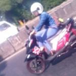 LALU LINTAS SEMARANG : Gaya Cewek Ini Kendarai Motor Bikin Netizen Gemas