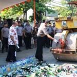 MIRAS KENDAL: Musnahkan Ribuan Botol Miras, Polres Kendal Malah Tuai Kritikan