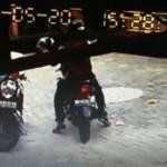 Maling Helm di Masjid Tertangkap Kamera CCTV