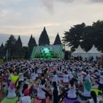 Seribu Orang Menikmati Senja dengan Yoga Bersama Happy Salma di Candi Prambanan