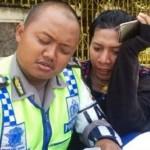 Tingkah kocak pelanggar peraturan lalu lintas saat diberi surat tilang oleh polisi anggota Satlantas Polrestabes Semarang dalam Operasi Patuh Candi 2017, Selasa (16/5/2017). (Instagram-@satlantaspolrestabessmg)