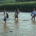 PENDIDIKAN KENDAL : Seberangi Sungai Tanpa Jembatan, Siswa SD Ini Curi Perhatian