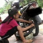 Rena, gadis penambal ban di Kelurahan Dukuh, Kecamatan Sidomukti, Kota Salatiga, Jateng. (Facebook.com-Shela Zafran)