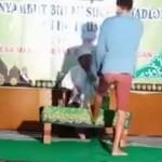 Seorang pria membuat ulah dalam acara pengajian di Desa Manggarmas, Kecamatan Godong, Kabupaten Grobogan, Jateng. (Facebvook.com-Yuni Rusmini)