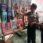 RAZIA BOYOLALI : Polisi Merazia Penjual Kembang Api di Pasar Sunggingan