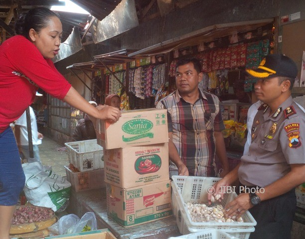 Satgas mafia pangan Polres Karanganyar dipimpin Wakapolres Karanganyar, Kompol Prawoko, mengecek harga sembako di Pasar Jungke Karanganyar pada Selasa (9/5/2017). (Sri Sumi Handayani/JIBi/Solopos)