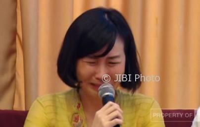 Veronica Tan saat membacakan surat yang ditulis Ahok. (Istimewa/Youtube/CNNIndonesia)