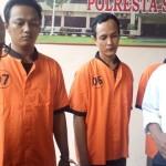 Kasat Narkoba Polresta Solo, Kompol Ari Sumarwono (kanan), menunjukkan tersangka kasus narkoba di Mapolresta Solo, Senin (5/6/2017). (Muhammad Ismail/JIBI/Solopos)