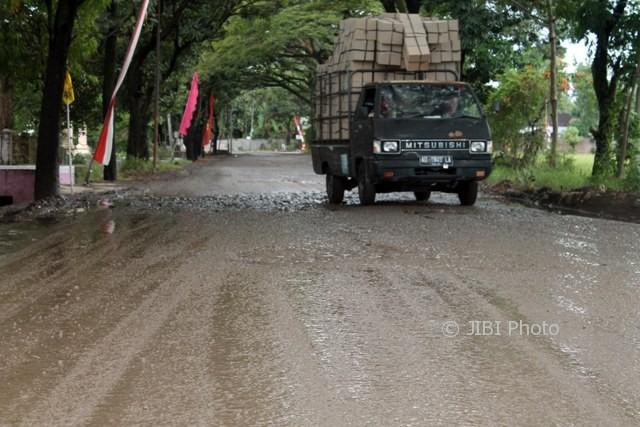 Mobil pikap L-300 bermuatan barang melintasi jalur lingkar selatan yang rusak parah setelah diguyur hujan beberapa hari lalu. (Tri Rahayu/JIBI/Solopos)