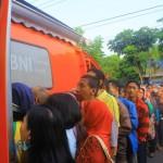 Ratusan Warga Madiun Antre Berjam-Jam untuk Tukar Uang Baru
