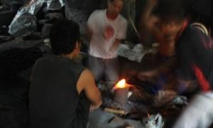 Suasana di salah satu besalen di Dukuh Ngledok RT 002/RW 003 Desa Segaran, Delanggu, Kamis (8/6/2017). (Cahyadi Kurniawan)