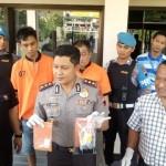 Kapolresta Solo AKBP Ribut Hari Wibowo (tengah) menunjukkan barang bukti sabu-sabu seberat 27 gram di Mapolresta Solo, Jumat (9/6/2017). (Muhammad Ismail/JIBI/Solopos)