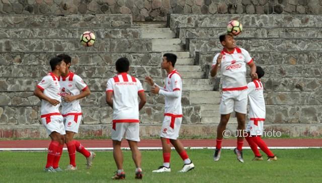 Pemain Persis melakukan latihan di stadion Sriwedari, Solo, Jumat (9/6/2017). (JIBI/SOLOPOS/ Sunaryo Haryo Bayu)