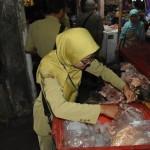 RAZIA KARANGANYAR : Tim Gabungan Sita 5 Kg Jerohan Busuk dan Makanan Kedaluwarsa