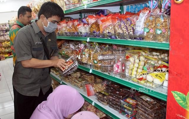 Tim gabungan Disperindag dan DKK Sragen memeriksa makanan ringan di Toserba Luwes, Jl. Raya Sukowati Sragen, Selasa (13/6/2017). (Tri Rahayu/JIBI/Solopos)