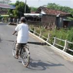 INFRASTRUKTUR SRAGEN : Awas, Jembatan di Jalur Utama Masaran-Pilang Nyaris Ambrol