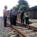 MUDIK LEBARAN 2017 : Cek Jalur KA Purwosari-Pajang, Polisi Temukan 4 Besi Pengait Rel Lepas