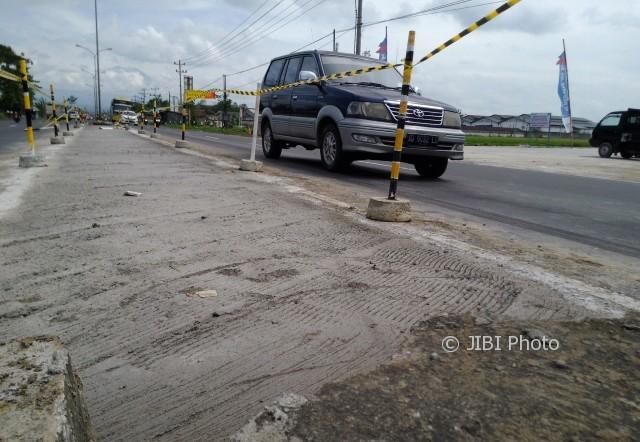 Kondisi bekas media jalan yang dibongkar di depan pintu tol Ngasem, Kamis (15/6/2017). (Aries Susanto/JIBI/Solopos)