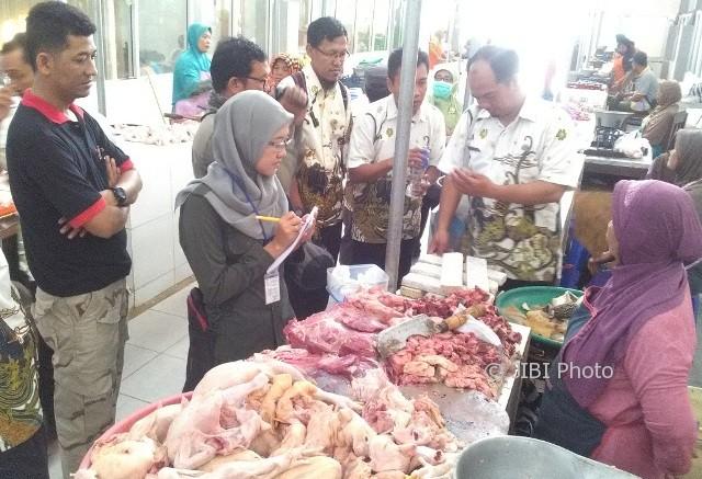 Sejumlah petugas Dinas Perikanan dan Peternakan (Disnakkan) Karanganyar menggelar inspeksi mendadak (sidak) di Pasar Jungke, Karanganyar, Kamis (15/6/2017). (Ponco Suseno/JIBI/Solopos)