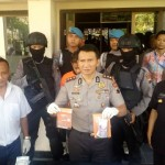 Wakapolresta Solo AKPB Andy Rifai (tengah) menunjukkan barang bukti sabu-sabu seberat 3 gram yang disita dari milik pelaku penyalahgunaan narkotika di Maporesta Solo, Jumat (16/6/2017). (Muhammad Ismail/JIBI/Solopos)