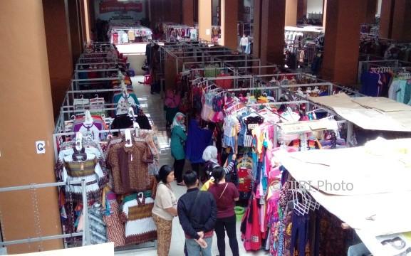 Sejumlah pengunjung mendatangi lapak-lapak di lantai II Pasar Klewer, Jumat (16/6/2017). (Bayu Jatmiko Adi/JIBI/Solopos)