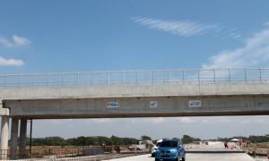 Dua kendaraan pemudik berpelat nomor luar kota melintas di bawah jembatan penyeberangan dii persimpangan Tangkil, Kecamatan Sragen Kota, Sragen, pada puncak arus mudik Lebaran 2017, Jumat (23/6/2017). (Tri Rahayu/JIBI/Solopos)