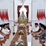Presiden Joko Widodo (Jokowi) didampingi Menkopolhukam Wiranto, Menteri Agama Lukman Hakim Saifuddin, dan Mensesneg Pratikno menerima pimpinan Gerakan Nasional Pengawal Fatwa Majelis Ulama Indonesia (GNPF-MUI) di Istana Merdeka, Jakarta, Minggu (25/6). GNPF-MUI bertemu Presiden Joko Widodo dalam rangka silaturahmi serta meminta adanya komunikasi dengan Presiden. (JIBI/Solopos/Antara/Puspa Perwitasari)