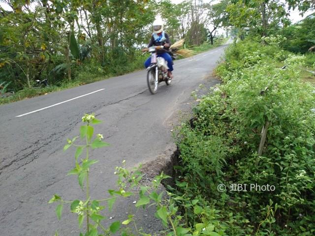 Pengendara melintas di jalan Ngadirojo-Baturetno, Wonogiri, tepatnya di dekat lokasi jalan ambles di Dusun Beji, Kedungombo, Baturetno, Rabu (14/6/2017). (Rudi Hartono/JIBI/Solopos)