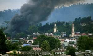 Asap mengepul dari bangunan yang terbakar saat pasukan Filipina menyerang militan Maute yang menguasai Kota Marawi, Jumat (16/6/2017). (JIBI/Solopos/Reuters/Romeo Ranoco)