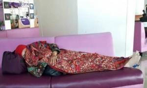 Mensos Khofifah tidur di Bandara Juanda (Instagram @chsaldy)