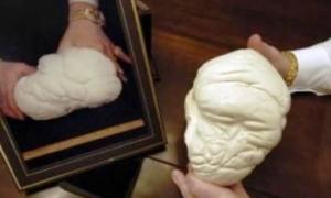 Mutiara seberat 6, kg yang dijuluki Pearl of Lao Tzu ini merupakan mutiara terbesar yang pernah ditemukan. (Scrollsall.org)