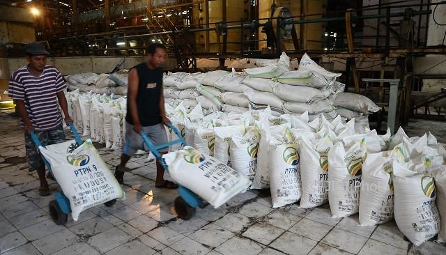 Pekerja mengangkut gula menggunakan troli di PG Rendeng, Kudus, Jateng, Sabtu (10/6/2017).(JIBI/Solopos/Antara/Yusuf Nugroho)