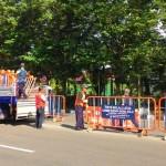 Petugas Dishub Solo memasang barikade di tengah Jl. Adisucipto, depan SMA Ursulin, Solo, Sabtu (17/6/2017) sore. (Irawan Sapto Adhi/JIBI/Solopos)