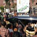Rela Terinjak Demi Sembako Jokowi di Pasar Legi Solo