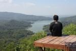 Pengunjung bisa berfoto dengan latar belakang keindahan Waduk Sermo dan perbukitan menoreh di obyek wisata Bukit Cendana, Dusun Tegiri II, Desa Hargowilis, Kecamatan Kokap, Kulonprogo. Foto diambil pada 23 Mei 2017.(Rima Sekarani I.N./JIBI/Harian Jogja)