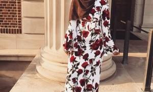 Tampil cantik dengan gamis motif bunga-bunga (Instagram @chichijab)