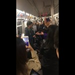 Terjebak di kereta, wisudawan ini akhirnya lakukan proses wisuda di gerbong kereta. (Istimewa/Facebook)