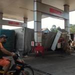 Truk Tronton Terguling di SPBU Kenteng Boyolali