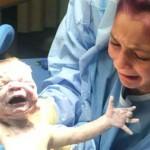 Wajah haru Jacee pertama kali melihat adiknya lahir (Today Dok.Pribadi)