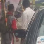 Watimin (kiri), pria yang mengaku ingin berkeliling Indonesia dengan berjalan kaki, tiba di Jl. Walisongo, Kota Semarang, Jateng, Selasa (13/6/2017). (Facebook.com-Eko Adhi Nugroho)